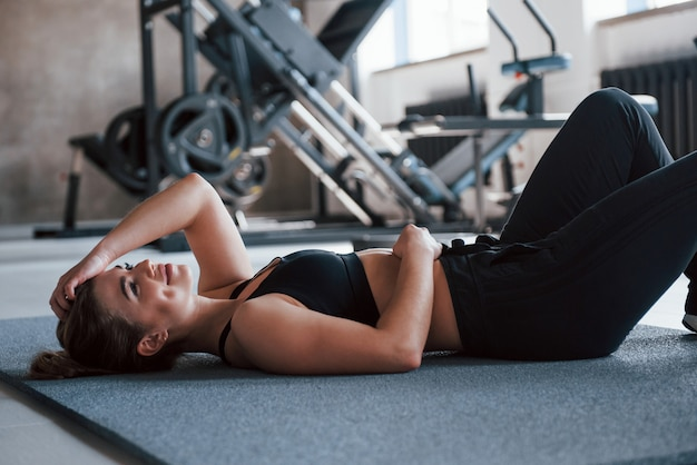 Een pauze nemen. foto van prachtige blonde vrouw in de sportschool tijdens haar weekend