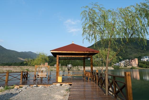 Een paviljoen aan het meer in het land