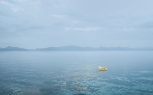 Een pedaalboot in inawashiro-meer