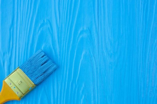 Een penseel geschilderd op een blauw.