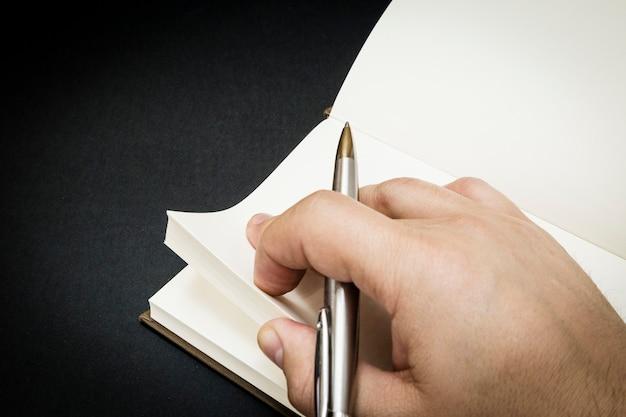 Een persoon die begint te schrijven