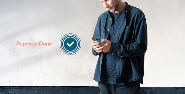 Een persoon die de elektronische online betaling doet via de telefoon