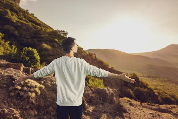 Een persoon die door de bergen wandelt, geniet van het uitzicht op de reis van de beste succesprestatie