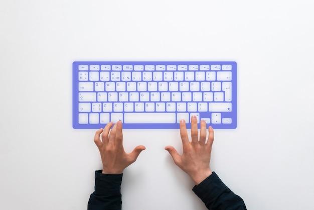 Een persoon die een hologramcomputertoetsenbord gebruikt, futuristisch technologieconcept