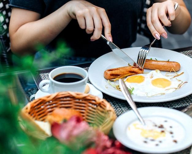 Een persoon die een ontbijt aan tafel eet 1