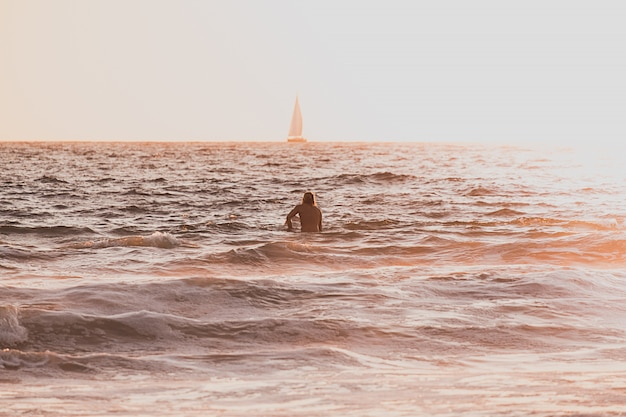 Een persoon die in de zee zwemt