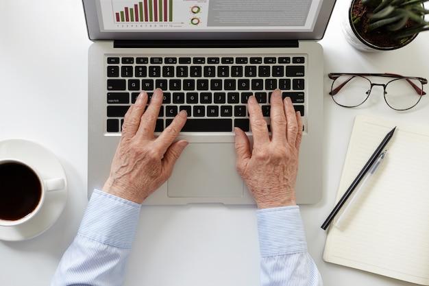 Een persoon gebruikt laptop voor zijn werk
