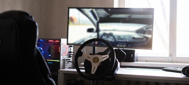 Een persoon leert autorijden met behulp van een autocomputersimulator