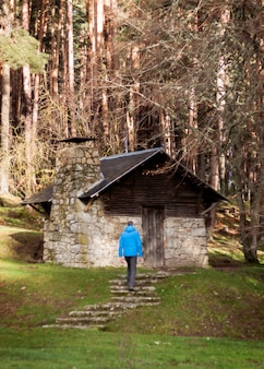 Een persoon liep op een pad. avonturen in de bergen, spannende excursies in de natuur.