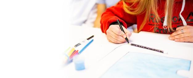 Een persoon tekent met een penseel en schildert op een groot doek in een kunstatelier. creatieve, moderne kunstenaar van beeldende kunst, een meesterwerk van tekenen, tekentraining, kunstacademie, tekencursussen op afstand, banner