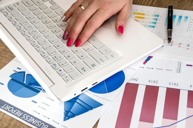 Een persoon werkt met grafieken en een computer