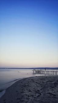Een pier die leidt naar een adembenemend uitzicht op de oceaan