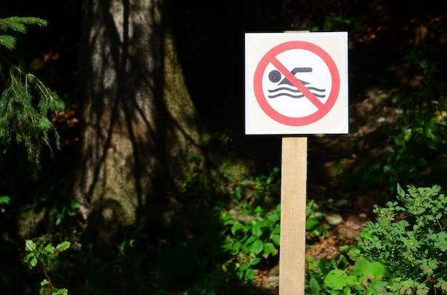 Een pijler met een bord dat een verbod op zwemmen aangeeft.