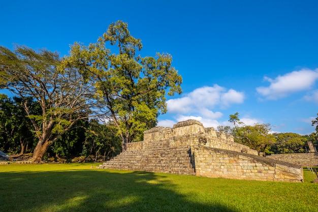 Een piramide in de tempels van copan ruinas. honduras