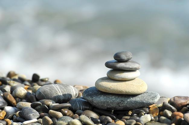 Een piramide van zee stenen