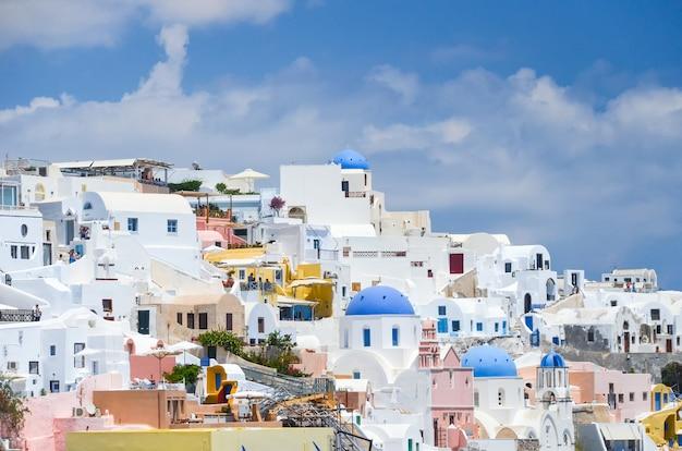 Een pittoresk stadje op de heuvel van santorini