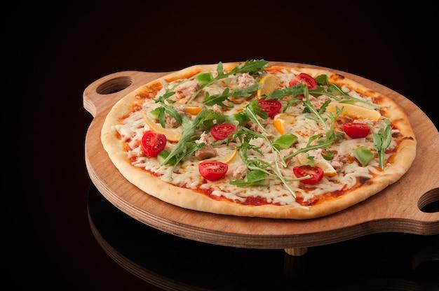 Een pizza op een houten dienblad