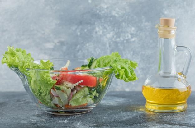 Een plaat van groentesalade met olie. hoge kwaliteit foto