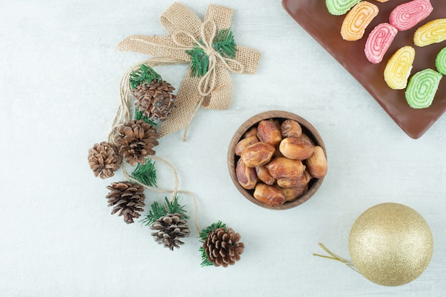 Een plaat van marmelade en kerstmis gouden bal op witte achtergrond. hoge kwaliteit foto