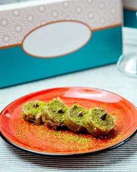 Een plaat van turkse pakhlava rolt met pistache