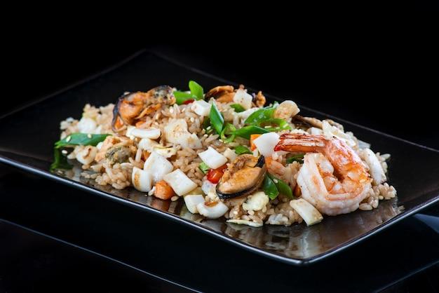 Een plaat van voedsel met rijst en groenten