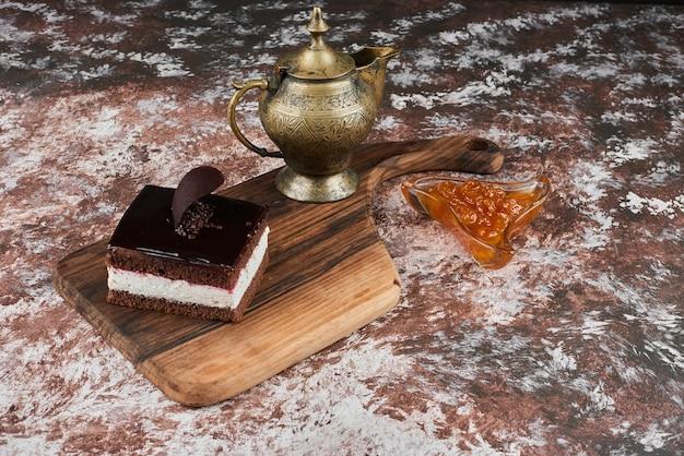 Een plak chocolade cheesecake met confituur.