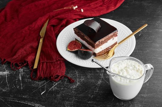 Een plak chocolade cheesecake met vijgen en wrongel.