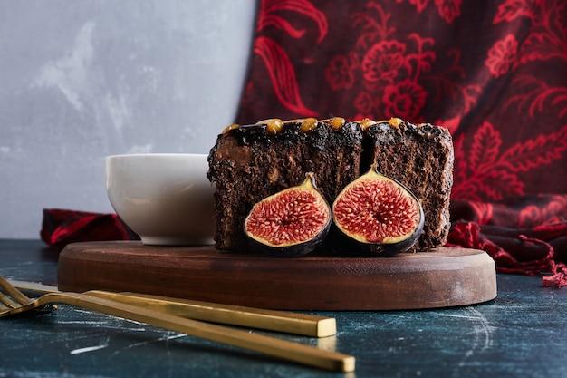 Een plak chocoladetaart met vijgen.