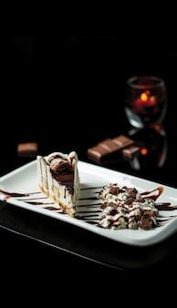 Een plakje cacaotiramisu met vanilleroomijs