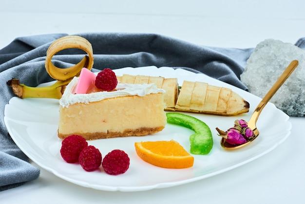 Een plakje cheesecake met fruit.