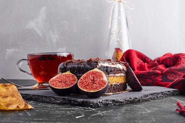 Een plakje chocolade cheesecake op een stenen bord.