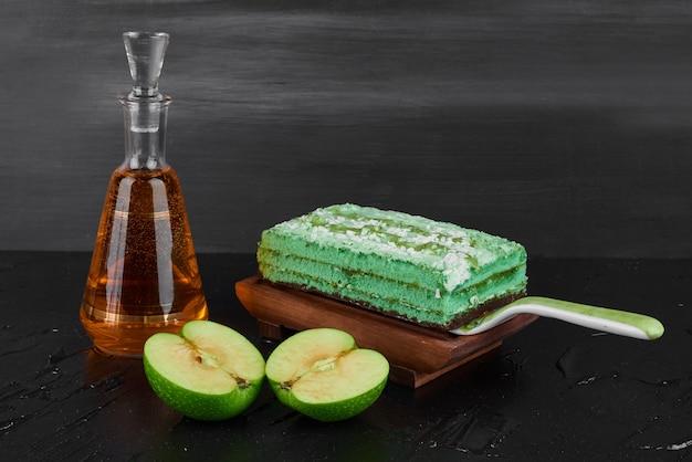 Een plakje groene cake met appels en cognac.