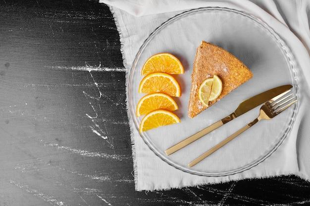 Een plakje honingkoek met citroen.