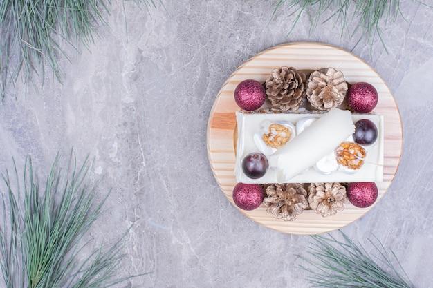 Een plakje kokoscake met kerstversiering