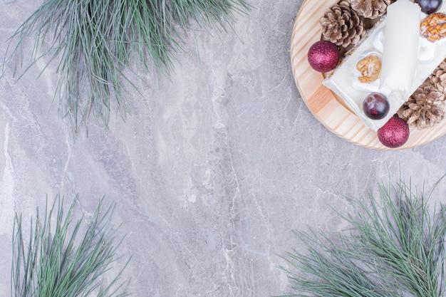 Een plakje kokosnootcake op een houten plank in kerstmisconcept