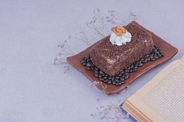 Een plakje medovic cake met gehakte chocolade in een schaal