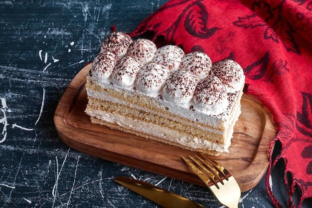 Een plakje tiramisu cake met cacaopoeder.