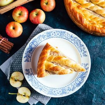 Een plakje zelfgemaakte appeltaart op een bord
