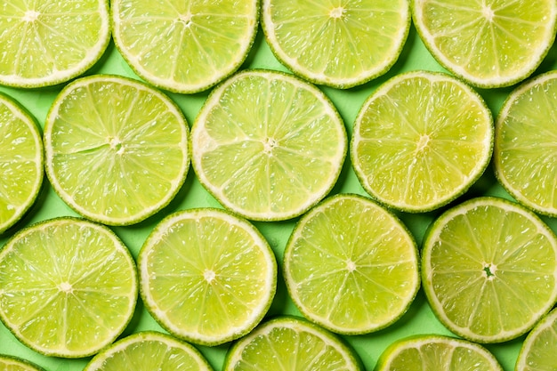 Een plakjes verse, sappige groene citroenen achtergrond