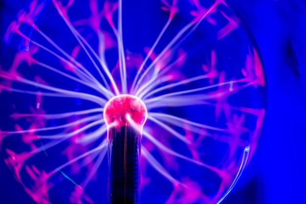 Een plasmabal, een glazen kolf gevuld met een mengsel van inerte gassen, met een hoogspanningsbron