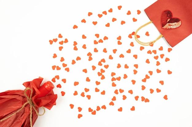 Een plat leggen van rode kleur op een witte achtergrond voor de valentijnsdag