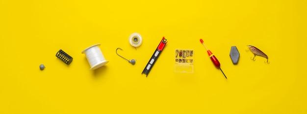 Een plat leggen van visaccessoires, uitrustingen en gereedschapsuitrusting