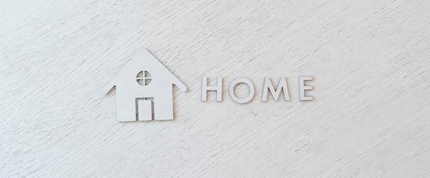 Een plat liggende gesneden letters en huispictogram teken weergave van bovenaf op tafel