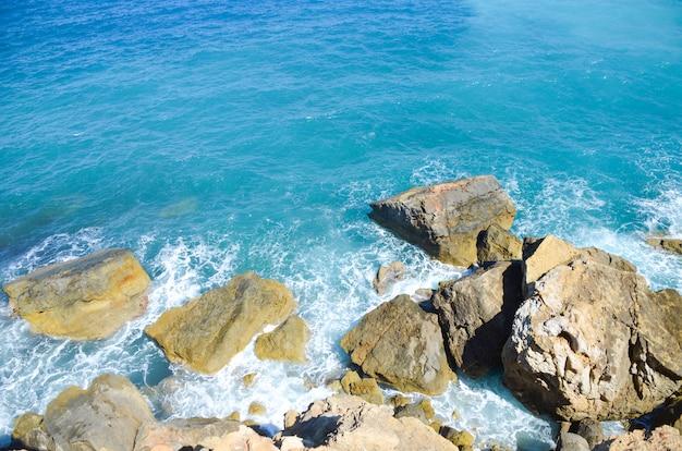 Een plek waar de kust de blauwe zee ontmoet