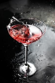 Een plons in een prachtig cocktailglas met een kosmopolitisch drankje