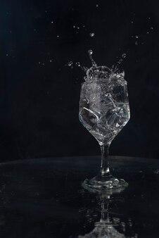 Een plons met water en ijs op een zwarte achtergrond !!!