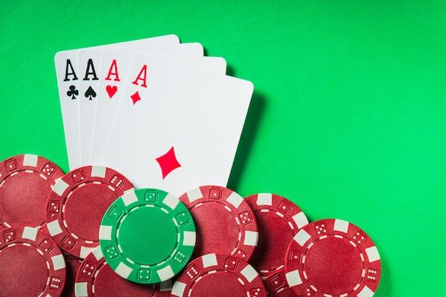Een pokerspel met een four of a kind of quads hand