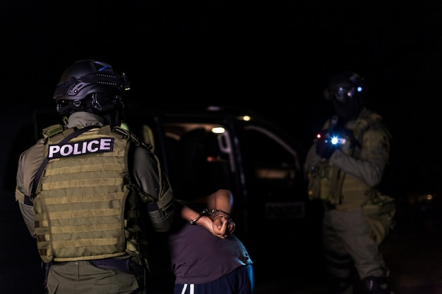 Een politie-interventie-eenheid arresteert illegale immigranten in hostels.