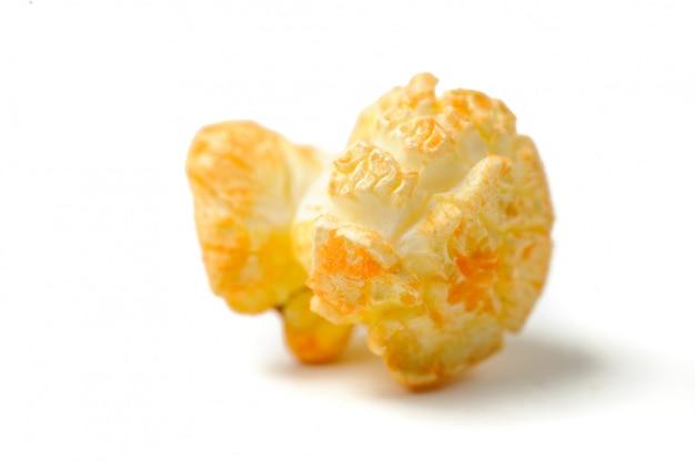 Een popcorn graan geïsoleerd op wit