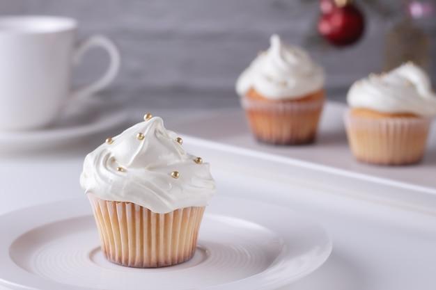 Een populair dessert voor thee en koffie - cupcakes met meringuecrème